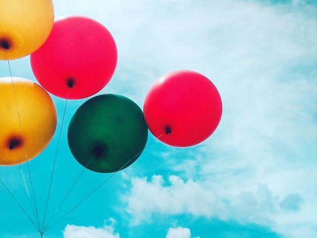 Ballonger mot blå himmel